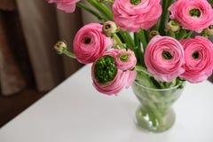 Bouquet rose de Ranunculus dans le vase en verre transparent sur la table blanche Plan rapproch? Pour la livraison de fleur, m?di photo libre de droits