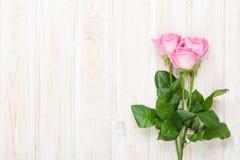 Bouquet rose de roses au-dessus de table en bois Photos libres de droits