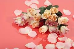 Bouquet rose et pétales de beau rose Photos libres de droits