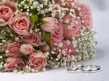 Bouquet  roses and weddings rings Royalty Free Stock Image