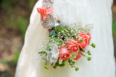Bouquet rouge dans des mains de la jeune mariée Image libre de droits