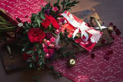 Bouquet rouge de mariage avec le décor de mariage Images stock