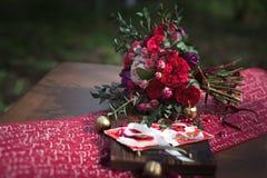 Bouquet rouge de mariage avec le décor de mariage Image libre de droits