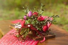 Bouquet rouge de mariage avec le décor de mariage sur une table Images stock