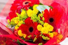 Bouquet rouge et jaune de fleurs Image stock