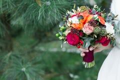 Bouquet rustique de mariage de vin de Marsala avec la rose de rouge avec l'espace de copie Images stock