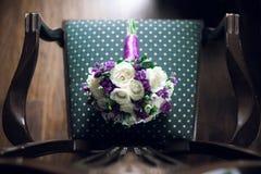 Bouquet rustique pourpre étonnant de mariage sur la chaise Photo stock