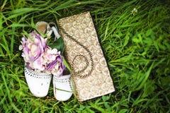 Bouquet, sac à main et chaussures de mariage avec des fourmis Images libres de droits