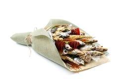 Bouquet se composant des poissons, des frites, des pistaches et des casse-croûte secs sur un fond blanc comme cadeau à son mari image stock
