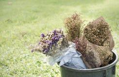 Bouquet sec de fleur dans la poubelle, le coeur brisé Photographie stock libre de droits