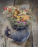 Bouquet sec de fleurs dans la cruche Photos libres de droits