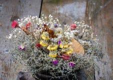 Bouquet sec de fleurs dans la cruche Photo stock