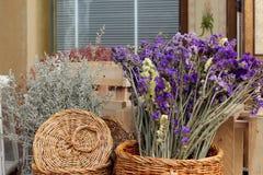 Bouquet sec de fleurs dans le panier Photo stock