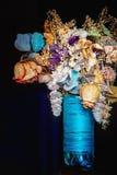 Bouquet sec de fleurs dans un vase bleu Images stock