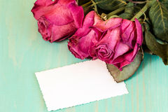 Bouquet sec de roses et carte vierge Photo stock