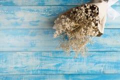 Bouquet sec sur un fond rustique bleu Photographie stock libre de droits