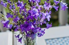 Bouquet simple des fleurs sauvages dans un vase en verre, se tenant sur la table pour l'humeur romantique Photo libre de droits