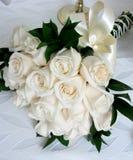 Bouquet sur le lit blanc dans la chambre d'hôtel Photo libre de droits