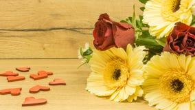 Bouquet sur une table en bois Photos libres de droits
