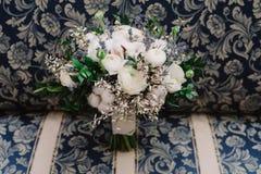 Bouquet tendre de mariage des roses, de la renoncule, de la lavande et du coton, plan rapproché Images stock