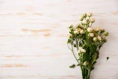 Bouquet tendre des roses sur la table en bois Copiez l'espace Photographie stock libre de droits