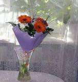 Bouquet toujours de la vie des fleurs dans un vase sur le fond Photos stock