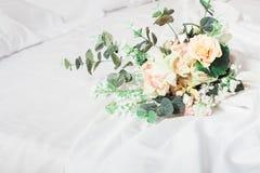 Bouquet vert et rose de mariage sur le lit Photographie stock libre de droits