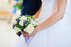 Bouquet violet de mariage en main Image stock