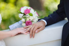 Bouquet and wedding rings Royalty Free Stock Images