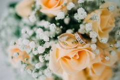 Bouquet of yellow roses and wedding rings Royalty Free Stock Image
