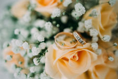 Bouquet of yellow roses and wedding rings Stock Photography