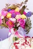 Bouquete étonnant de gâteau et de fleur de framboise Photographie stock libre de droits