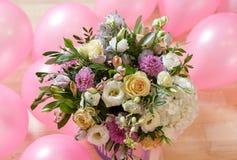 bouquete van verschillende bloemen in pastelolors stock foto