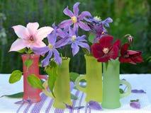 Bouquets avec le clematis images stock