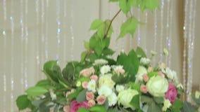 Bouquets avec les fleurs fraîches accrochant comme décoration banque de vidéos