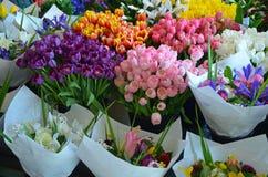 Bouquets colorés à vendre au marché de fleur Photo libre de droits
