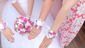 Bouquets d'exposition de jeune mariée et de demoiselles d'honneur des fleurs La jeune mariée et ses amies se tiennent côte à côte Image stock