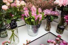 Bouquets de fleur dans des vases au magasin à l'intérieur photo libre de droits