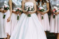 Bouquets de la jeune mariée et de ses demoiselles d'honneur Photos stock