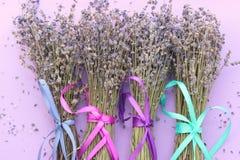 Bouquets de lavande sèche sur la table, vue supérieure images stock