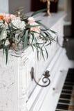 Bouquets de mariage sur un piano blanc photographie stock