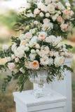 Bouquets des roses blanches, des pivoines et de l'eucalyptus dans des vases Image stock