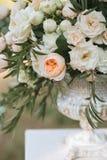 Bouquets des roses blanches, des pivoines et de l'eucalyptus dans des vases Photographie stock