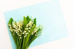 Bouquets du muguet sur un fond bleu Carte postale romantique photo libre de droits