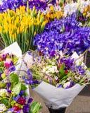 Bouquets floraux frais au marché Image libre de droits