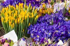 Bouquets floraux frais au marché Image stock