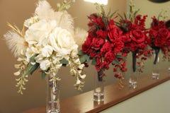 Bouquets nuptiales dans des vases Images libres de droits