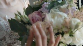 Bouquette van de bruidholding op huwelijksceremonie stock footage