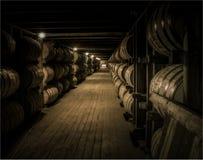 Bourbon-Altern im rickhouse Lizenzfreie Stockbilder