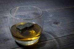 Bourbon avec des pierres de whiskey images stock